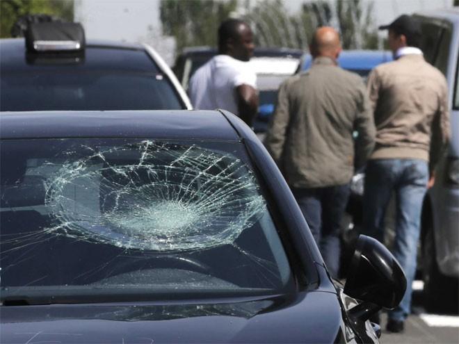 Kinh hoàng chùm ảnh tài xế taxi Pháp đập phá xe Uber 3