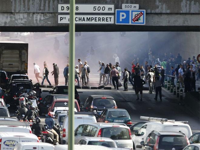 Kinh hoàng chùm ảnh tài xế taxi Pháp đập phá xe Uber 11