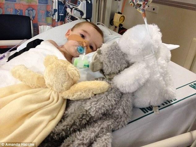 Thương tâm bé 8 tháng tuổi cháy cổ họng vì nuốt nhầm cục pin 1