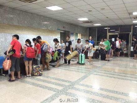 Cảnh sinh viên ngủ tập thể ở trường vì quá nóng ở Trung Quốc 2