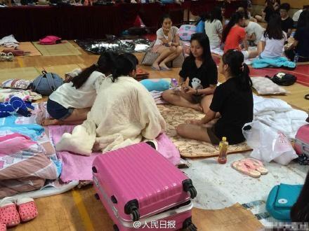 Cảnh sinh viên ngủ tập thể ở trường vì quá nóng ở Trung Quốc 4