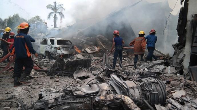 Hiện trường rơi máy bay Indonesia: Đống đổ nát và những giọt nước mắt 2