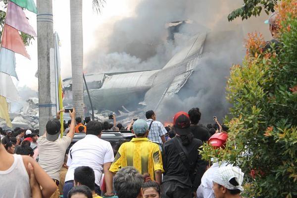 Hiện trường rơi máy bay Indonesia: Đống đổ nát và những giọt nước mắt 9