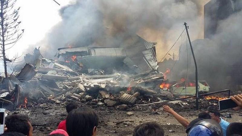Hiện trường rơi máy bay Indonesia: Đống đổ nát và những giọt nước mắt 13