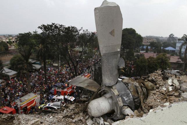 Hiện trường rơi máy bay Indonesia: Đống đổ nát và những giọt nước mắt 4