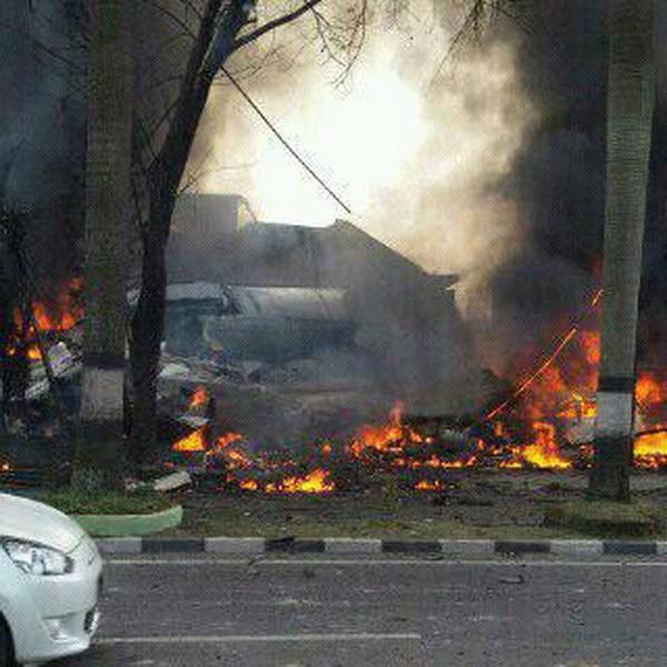 Hiện trường rơi máy bay Indonesia: Đống đổ nát và những giọt nước mắt 1