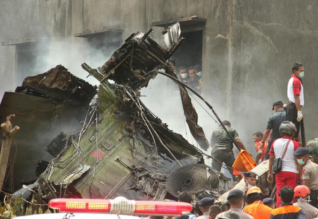 Hiện trường rơi máy bay Indonesia: Đống đổ nát và những giọt nước mắt 5