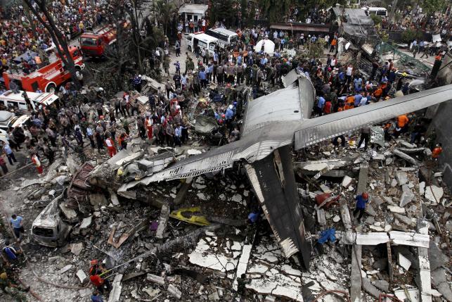 Máy bay Indonesia bốc cháy trước khi rơi, 116 người đã thiệt mạng 1