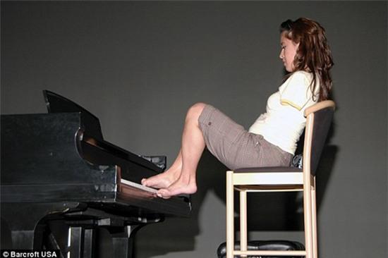 Thán phục người phụ nữ không tay lái máy bay bằng chân  4