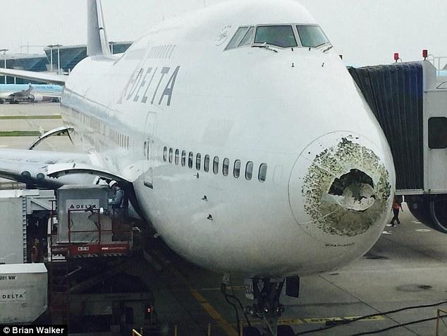 Boeing 747 chở 388 người bị vỡ mũi khi bay xuyên mưa đá 1