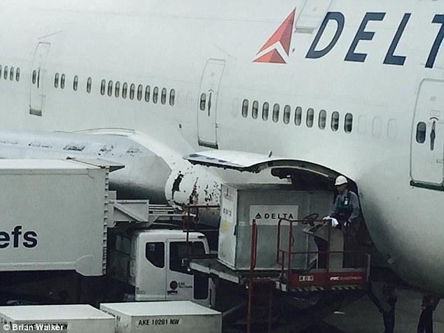Boeing 747 chở 388 người bị vỡ mũi khi bay xuyên mưa đá 3