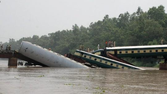 Video: Tàu chở binh sĩ rơi xuống kênh, ít nhất 14 người thiệt mạng 1