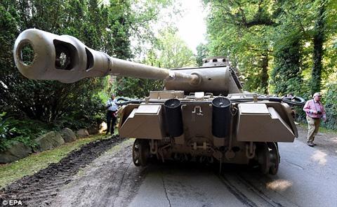 """Cụ ông 70 tuổi """"giấu"""" xe tăng và đại pháo trong nhà 1"""