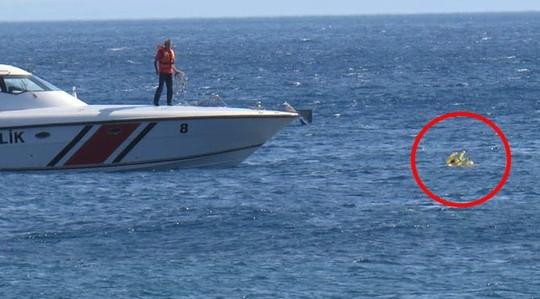 Hy hữu: Bé gái 10 tháng tuổi trôi dạt hơn 1km trên biển 1