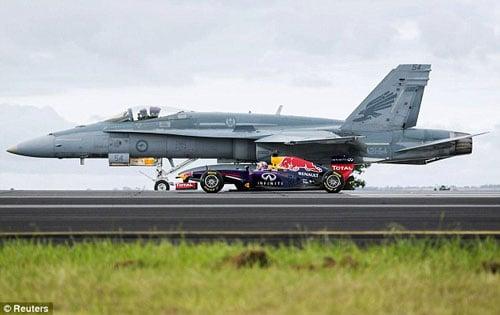Xem màn đọ tốc độ giữa máy bay chiến đấu F/A-18 và xe đua F1 2