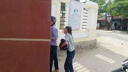 Đến thi muộn vì bố đột ngột qua đời, nữ sinh gục khóc trước cổng trường 1