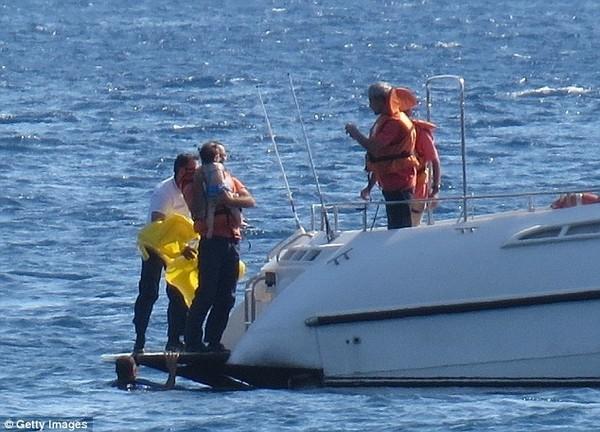 Bố mẹ mải tắm nắng, con 10 tháng tuổi trôi dạt cả cây số trên biển 3