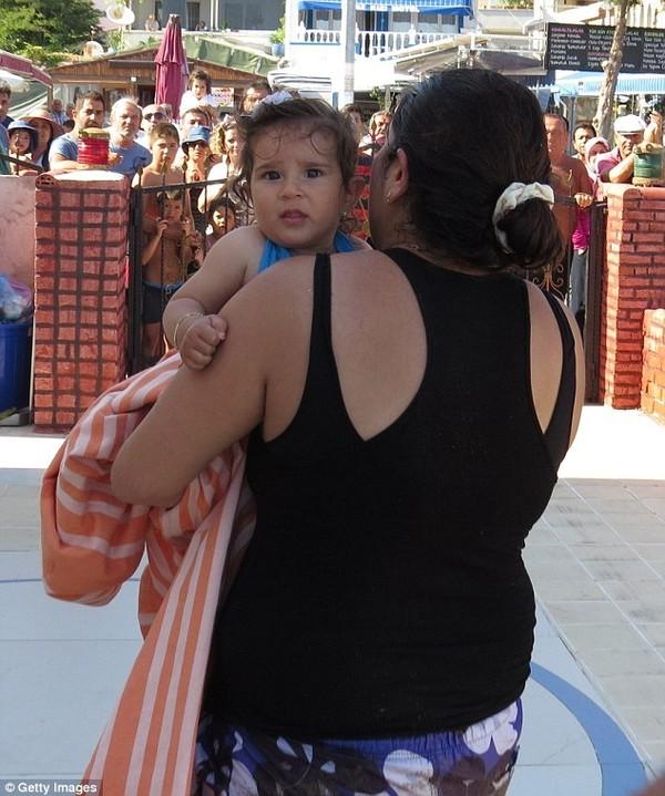 Bố mẹ mải tắm nắng, con 10 tháng tuổi trôi dạt cả cây số trên biển 4