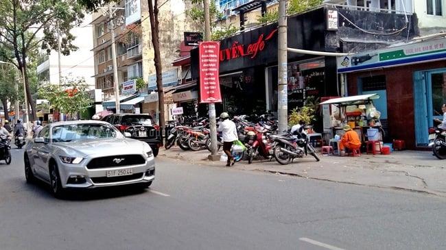 Thiếu gia phóng siêu xe Ford Mustang trên phố Sài Gòn 1