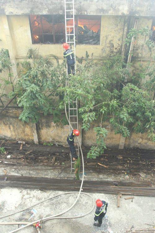 Cháy lớn ở xưởng ô tô Hà Nội: Khói, lửa bốc cao ngùn ngụt 8