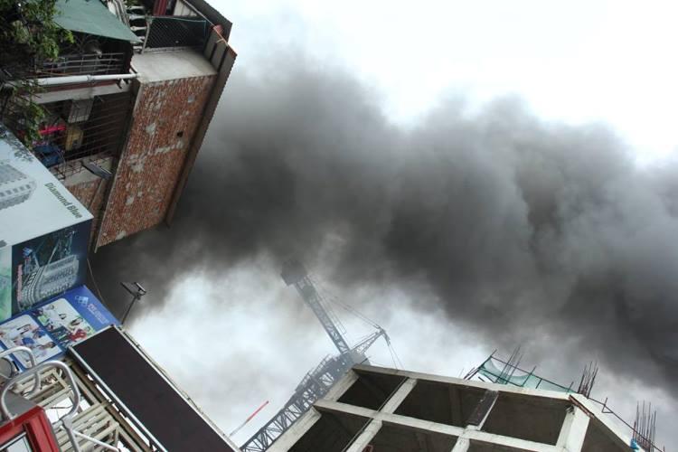 Cháy lớn ở xưởng ô tô Hà Nội: Khói, lửa bốc cao ngùn ngụt 1