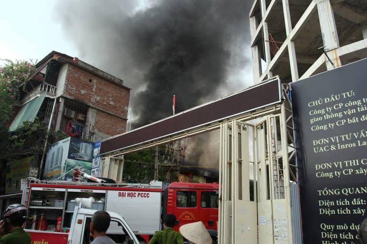 Cháy lớn ở xưởng ô tô Hà Nội: Khói, lửa bốc cao ngùn ngụt 3