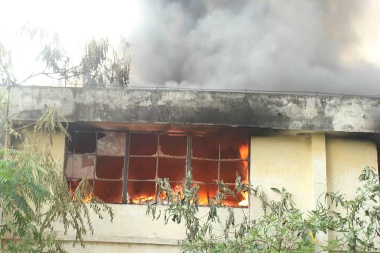 Cháy lớn ở xưởng ô tô Hà Nội: Khói, lửa bốc cao ngùn ngụt 5