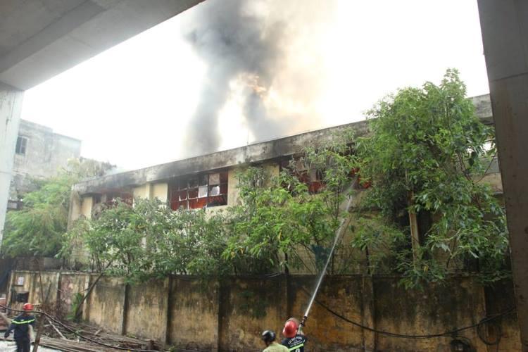 Cháy lớn ở xưởng ô tô Hà Nội: Khói, lửa bốc cao ngùn ngụt 6
