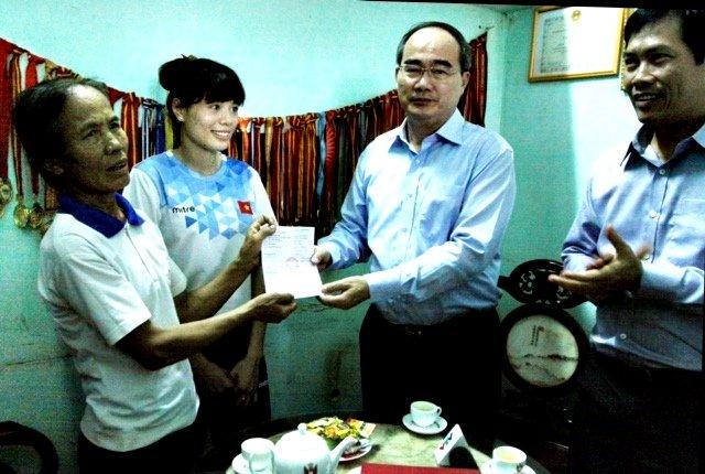 VĐV Nguyễn Thị Huyền được tặng 400 triệu đồng 1