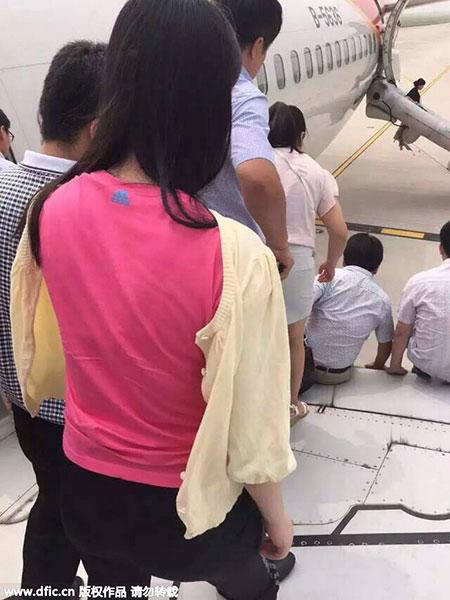 Đang bay, khoang hành lý máy bay Trung Quốc bốc cháy dữ dội 3