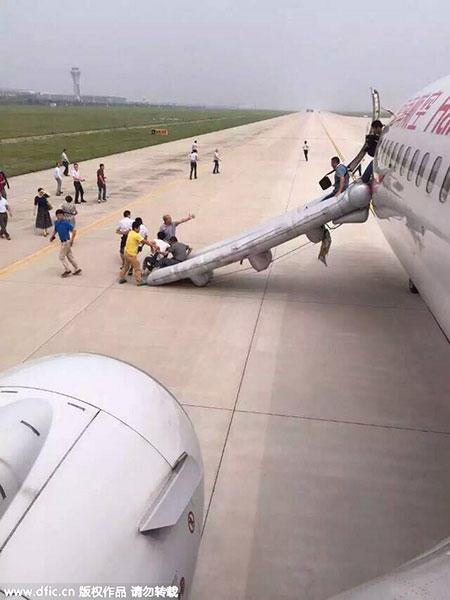 Đang bay, khoang hành lý máy bay Trung Quốc bốc cháy dữ dội 2