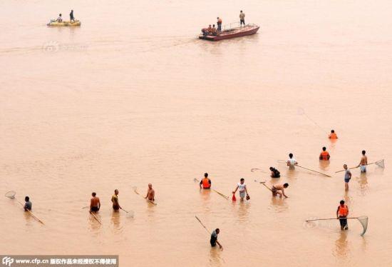 Cận cảnh hàng nghìn người tụ tập bắt cá khi đập xả lũ 2