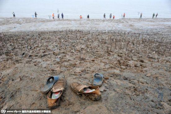 Cận cảnh hàng nghìn người tụ tập bắt cá khi đập xả lũ 4