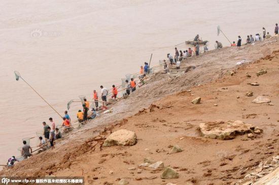 Cận cảnh hàng nghìn người tụ tập bắt cá khi đập xả lũ 3