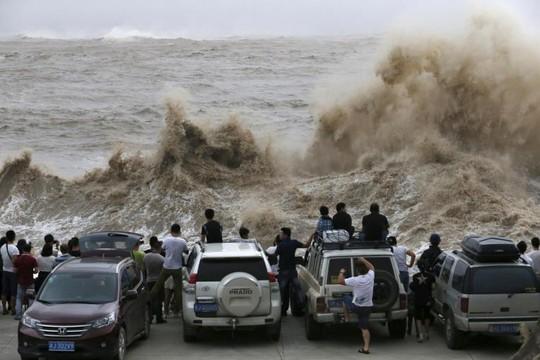 Video: Bão Chan-hom gây sóng cao 10 mét khi đổ bộ Trung Quốc 1