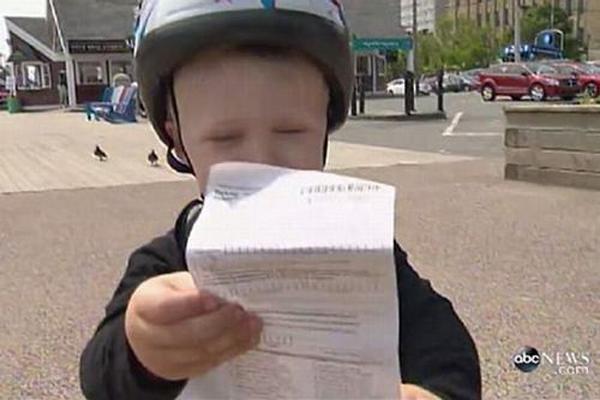 Bé trai 3 tuổi bị cảnh sát phạt vì… đỗ xe đạp sai quy định 3