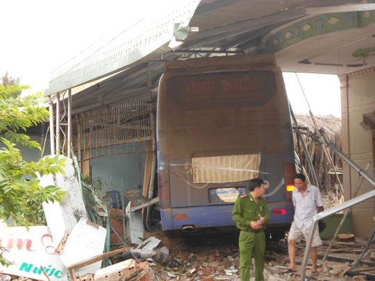 Bình Phước: Xe giường nằm mất lái đâm sập 3 nhà dân 1