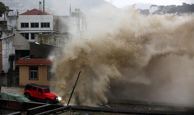 Chùm ảnh: Người TQ liều lĩnh xem sóng lớn trong bão Chan-hom 4