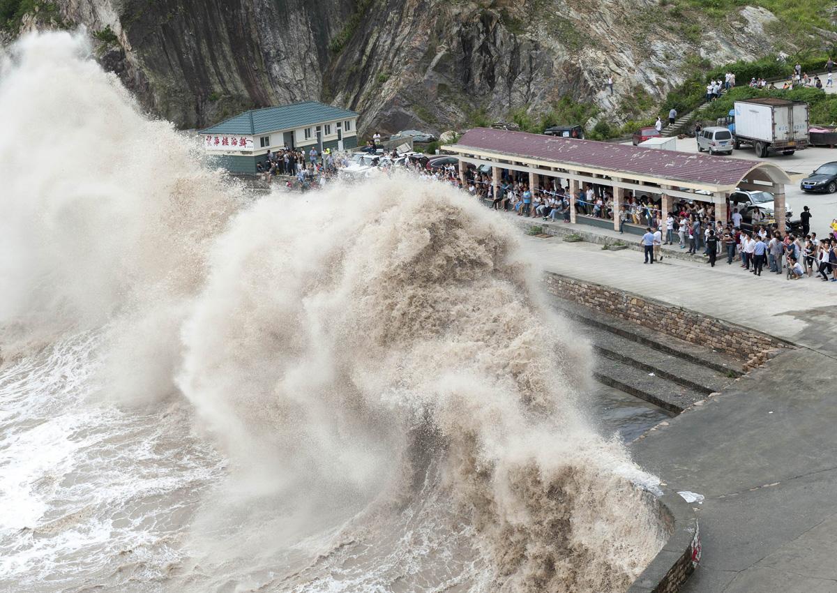 Chùm ảnh: Người TQ liều lĩnh xem sóng lớn trong bão Chan-hom 1