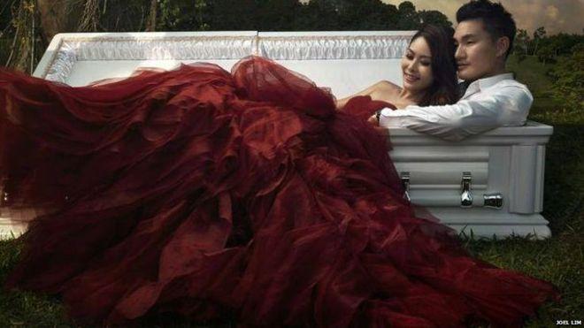 Cặp đôi Singapore lý giải vì sao chụp ảnh cưới cùng quan tài  1