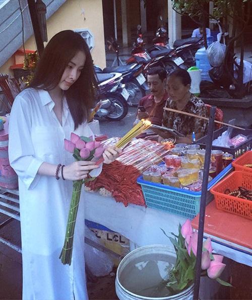 Facebook sao Việt: Lệ Rơi bất ngờ đi bán ổi, Mr Đàm ngồi bán bánh ướt vỉa hè 10