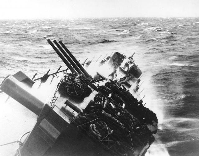Hạm đội 3 của Mỹ từng suýt bị bão xóa sổ trên Biển Đông 4