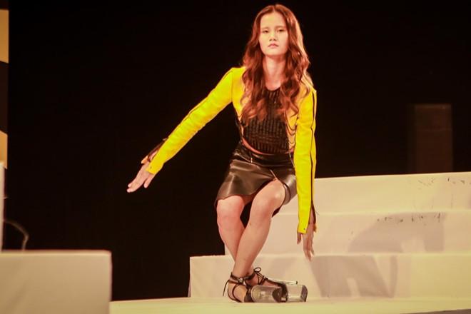 Thí sinh Next Top Model liên tục bị ngã với thử thách đi giày 20 cm 3