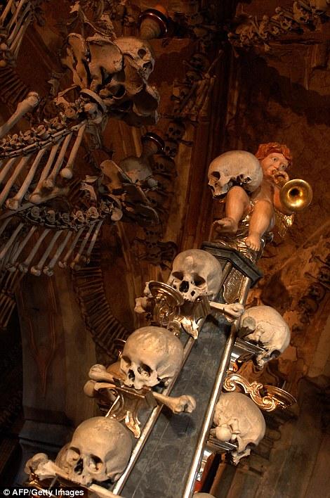 Lạnh gáy nhà thờ làm từ 70.000 bộ xương người 1