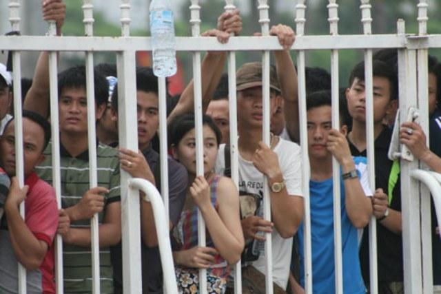 NHM xếp hàng dài mua vé xem trận Việt Nam vs Man City 3