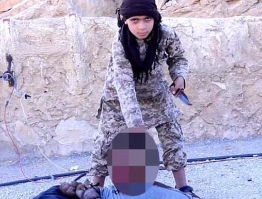 IS tung video bé trai 10 tuổi chặt đầu tù nhân Syria gây phẫn nộ 2