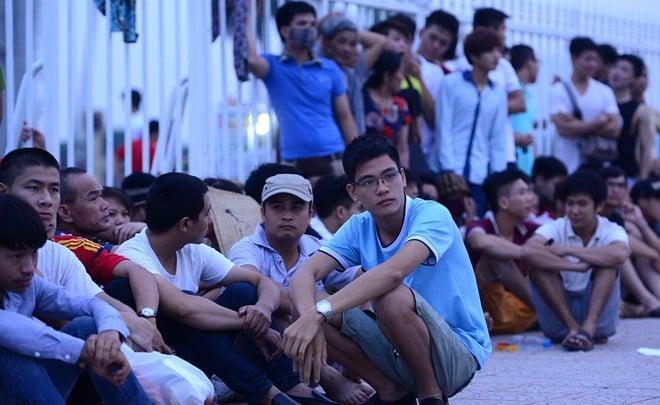 NHM xếp hàng dài mua vé xem trận Việt Nam vs Man City 2