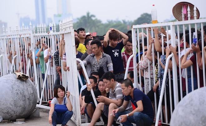 NHM xếp hàng dài mua vé xem trận Việt Nam vs Man City 5