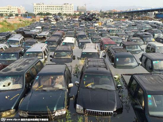 Hàng trăm ô tô hóa phế liệu vì bị ngâm nước mưa 1