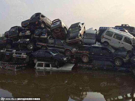 Hàng trăm ô tô hóa phế liệu vì bị ngâm nước mưa 2